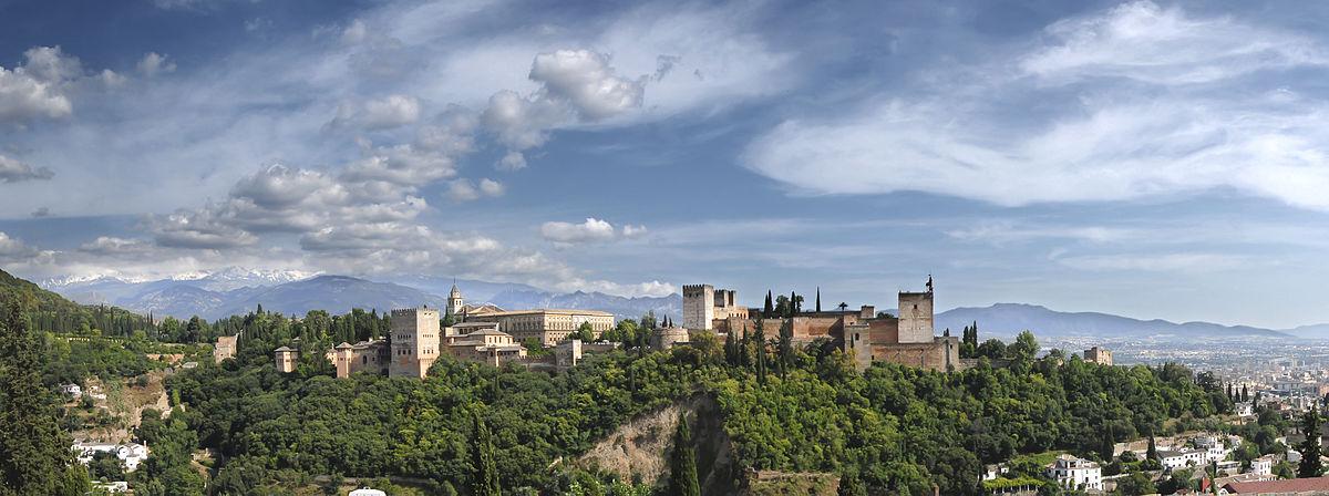 Während der Yogareise fotografiert: Blick auf die Alhambra in Granada, dahinter schneebedeckt die Sierra Nevada