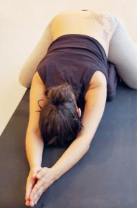 Schwangere in Gurupranaam; eine Yoga Vorbeuge im Fersensitz